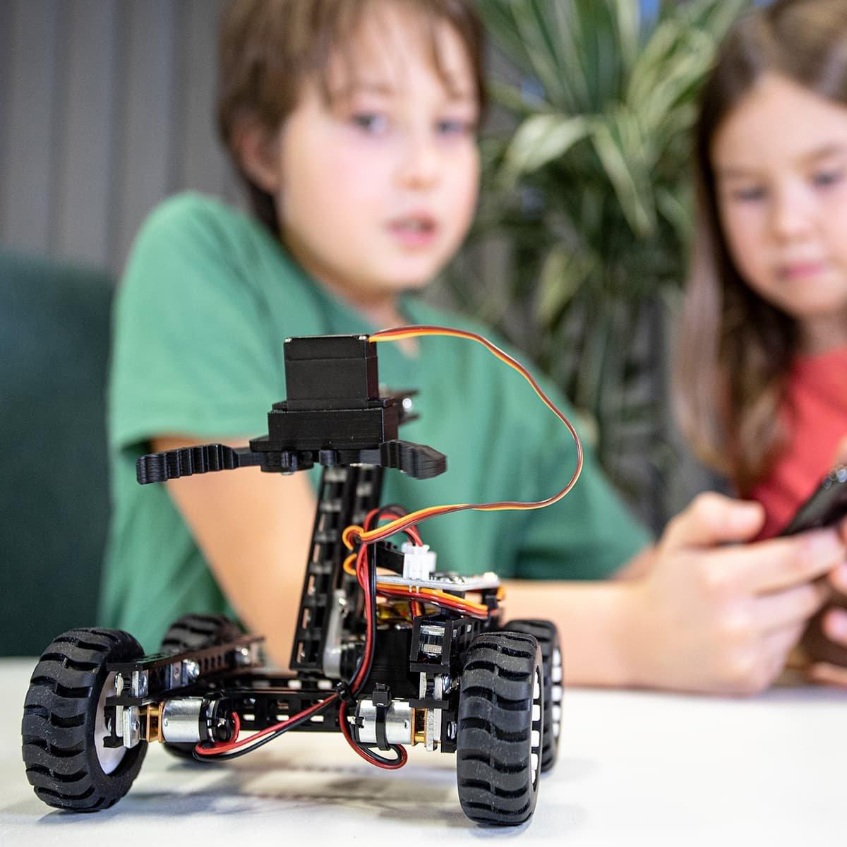 Robot Totem Maker Gripper bot